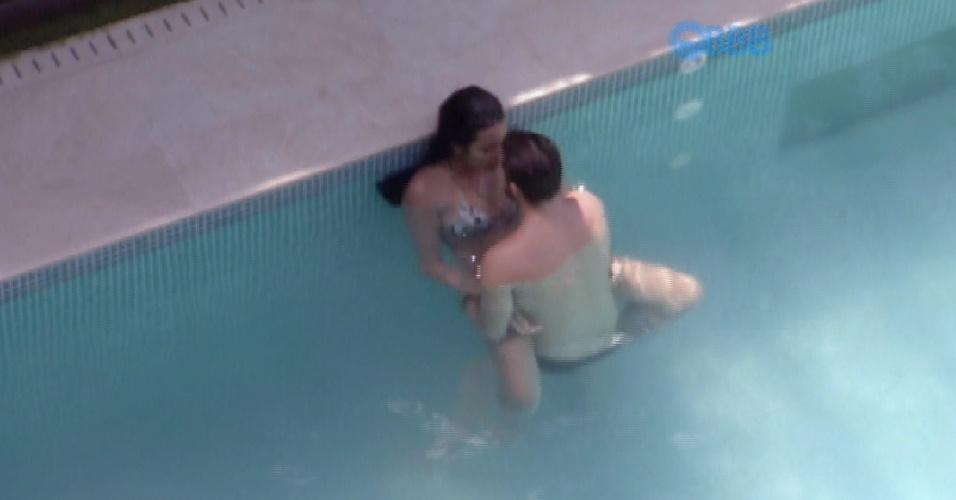 28.jan.2015 - Talita e Rafael aproveitam a tarde quente desta quarta-feira para trocar carinhos dentro da piscina. De madrugada, a aeromoça disse não saber como controlar suas vontades sexuais.