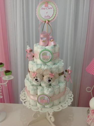 álbum com decorações de chá de bebê de gêmeos   Em vez de um bolo de verdade, o desse chá de bebê de duas meninas era todo feito de fraldas descartáveis e ajudava a compor a decoração da festa