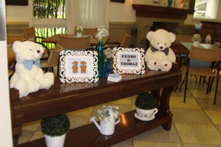 álbum com decorações de chá de bebê de gêmeos   Detalhes da decoração do salão onde foi realizado o chá de bebê dos irmãos Pedro e Thomaz. A decoração foi assinada pela La Belle Vie Eventos