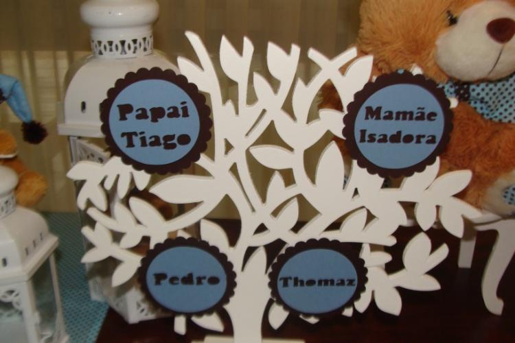 álbum com decorações de chá de bebê de gêmeos   Uma árvore genealógica com os nomes dos pais e dos irmãos gêmeos a caminho ajudou a decorar esse chá de bebê criado pela La Belle Vie Eventos
