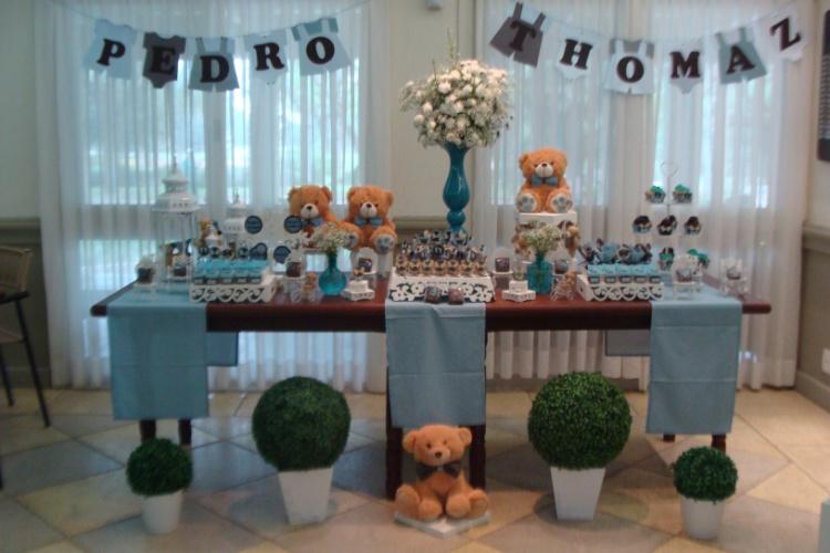álbum com decorações de chá de bebê de gêmeos   Para o chá de bebê de dois meninos, a empresa La Belle Vie Eventos (www.labelleviepoa.blogspot.com) escolheu as cores azul e marrom. Na mesa principal, bichos de pelúcia e flores naturais