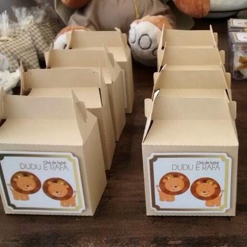 álbum com decorações de chá de bebê de gêmeos   Nesse chá de bebê da Fru Fru Festas, as caixas com as lembrancinhas foram personalizadas com os nomes dos bebês