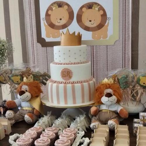 álbum com decorações de chá de bebê de gêmeos   Nesse chá de bebê decorado pela Fru Fru Festas, o bolo de três andares ganhou as iniciais dos irmãos gêmeos e uma coroa de rei no topo