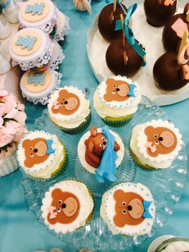 álbum com decorações de chá de bebê de gêmeos   Maçã do amor coberta de chocolate, cupcake e brigadeiro também faziam parte da mesa principal desse chá de bebê criado pela Domina Decor