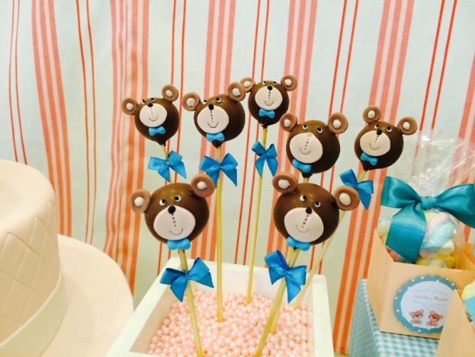 """álbum com decorações de chá de bebê de gêmeos   No chá de bebê de gêmeos criado pela Domina Decor, os """"popcakes"""" (bolos no palito, em inglês) também ganharam decoração de ursinho"""