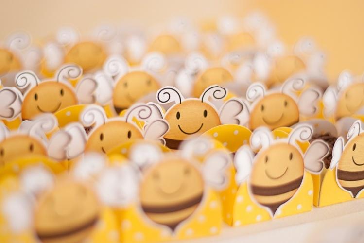 """álbum com decorações de chá de bebê de gêmeos   Nesse chá de bebê de um casal de gêmeos, as formas dos doces foram decoradas com abelhas feitas de papel para """"scrapbooking"""""""