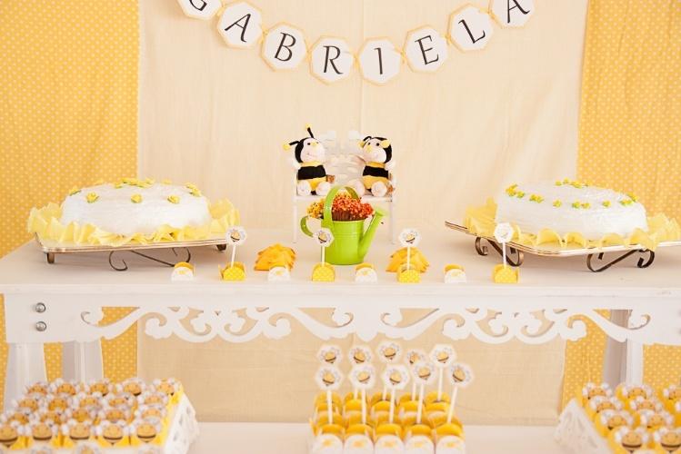 álbum com decorações de chá de bebê de gêmeos   A empresa Casinha da Manu Scrap & Festa (www.casinhadamanu.com.br) apostou no tema abelhas para o chá de bebê de um casal de irmãos