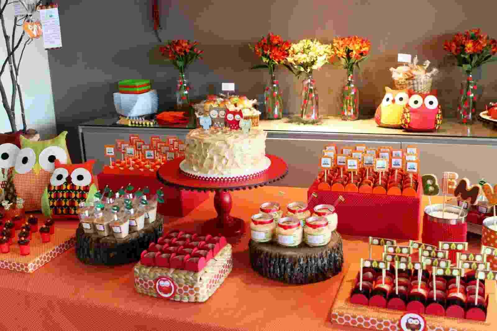 álbum com decorações de chá de bebê de gêmeos | A Caraminhlando Atelier de Festas (www.caraminholando.com.br) usou a cor vermelha e o tema de coruja para o chá de bebê de dois meninos - Divulgação