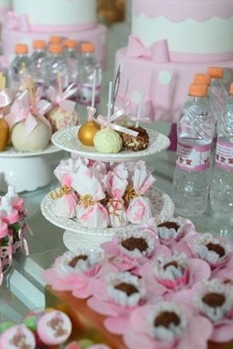 """álbum com decorações de chá de bebê de gêmeos   Com uma proposta bem romântica, os doces desse chá de bebê, como brigadeiros, """"popcakes"""" (bolos no palito, em inglês) e maçãs do amor, ganharam detalhes em tons de rosa e laços de fita"""