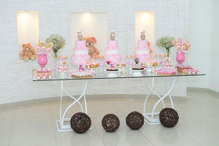 álbum com decorações de chá de bebê de gêmeos | Nesse chá de bebê de trigêmeas, as irmãs ganharam bolos individuais de três andares. A festa foi criada pela Fli Flai (www.facebook.com/fliflai)