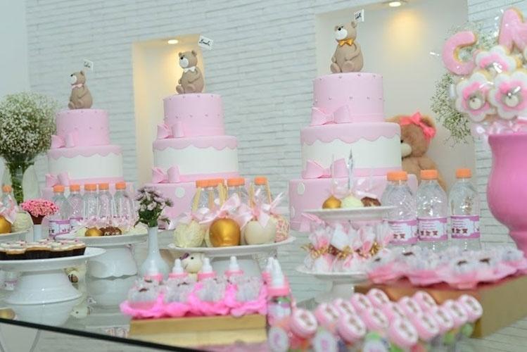 álbum com decorações de chá de bebê de gêmeos   Nesse chá de bebê de trigêmeas, realizado pela Fli Flai, os topos dos bolos tinham ursos com placas com o nome de cada criança