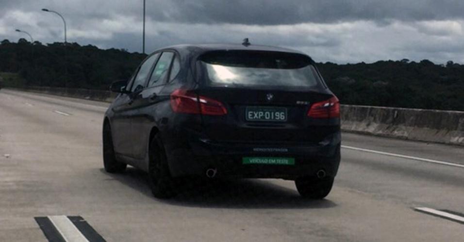 BMW Série 2 Active Tourer, já com motor flex, é visto disfarçado em Santana do Parnaíba (SP)