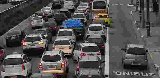Carro fura fila pela faixa de ônibus em SP - Rivaldo Gomes/Folhapress - Rivaldo Gomes/Folhapress