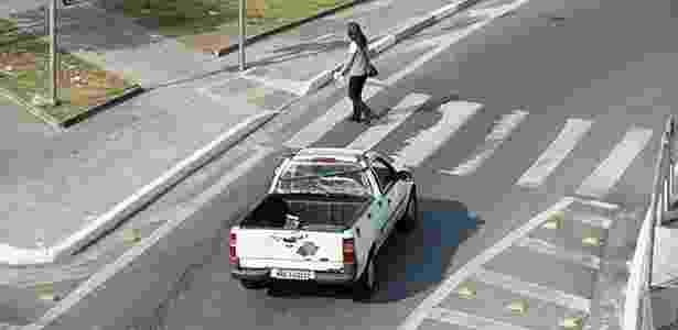 Carros avançam na faixa de pedestre em acesso à Avenida Ricardo Jafet, em SP - Davi Ribeiro/Folhapress - Davi Ribeiro/Folhapress