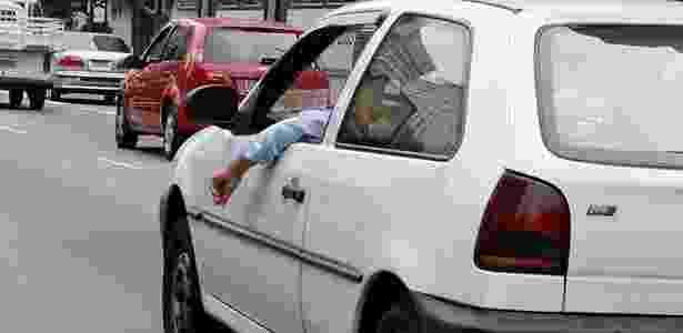Dirigir com braço para fora, comendo, bebendo ou fumando pode ser perigoso - Anna Carolina Negri/Folha Imagem - Anna Carolina Negri/Folha Imagem