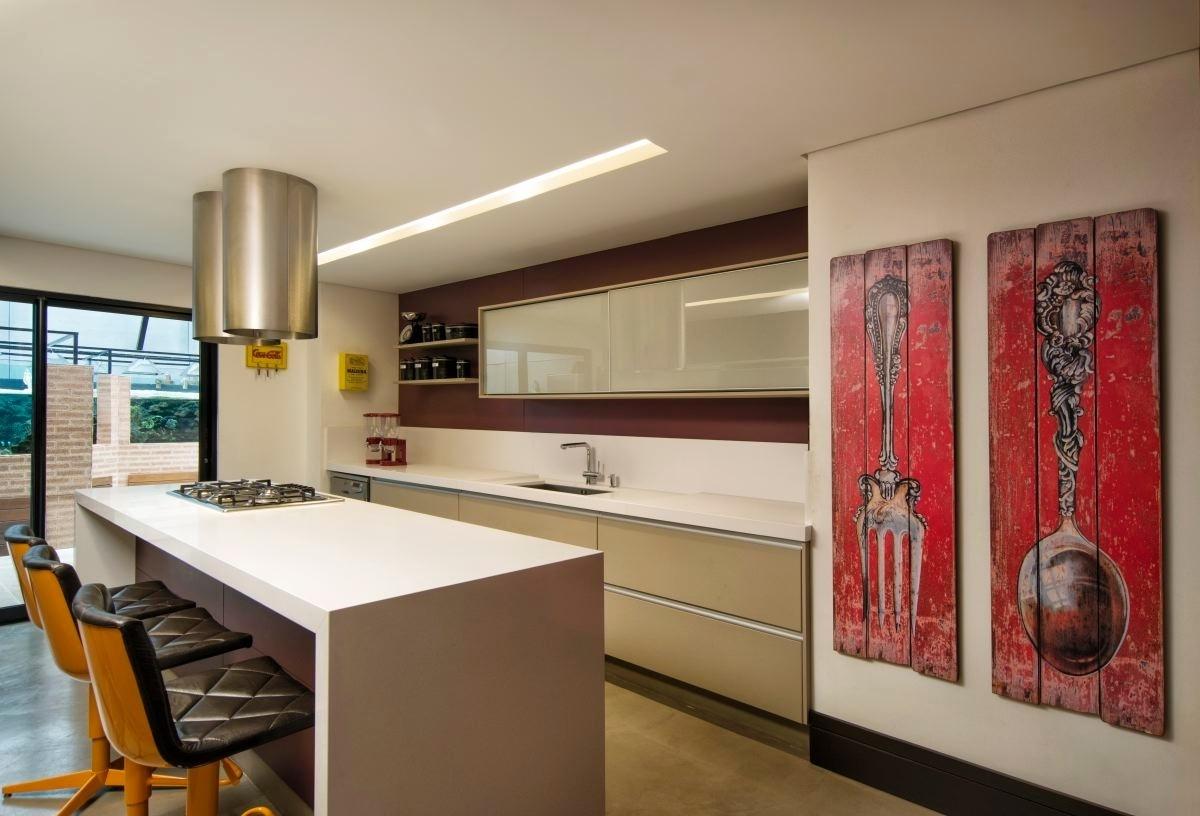 Os moradores da casa em Curitiba (PR) pediram ao arquiteto Jorge Elmor uma cozinha espaçosa e funcional. Para atendê-los, foi desenvolvido um projeto com armários (Florense), coifas industriais (Coifatec) e banquetas (Simmetria)