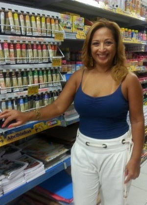 "Mãe de Amanda, Regina Batista cuida da loja da filha enquanto ela está no ""BBB15"""