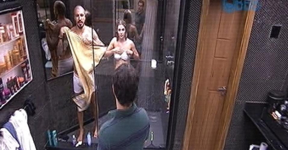 28.jan.2015 - Fernando e Aline tomam banho juntos no