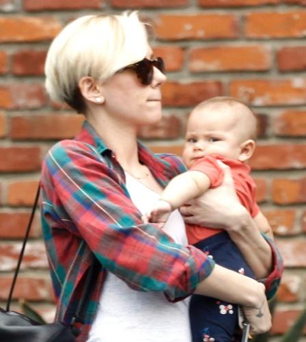 28.jan.2015 - Com cabelos curtos, Scarlett Johansson é flagrada com a filha Rose