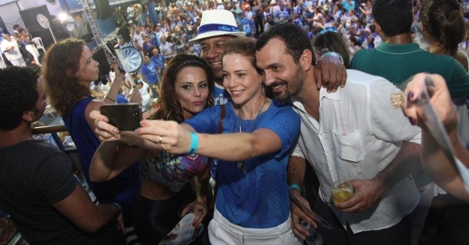 28.jan.2015 - Leandra Leal faz selfie com os colegas no ensaio da alas da comunidade da escola Portela, na quadra da agremiação nesta quarta-feira. Além dela, vários atores do elenco de