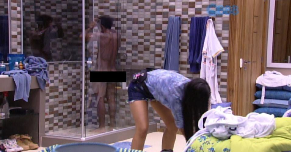 29.jan.2015 - Ao lado de Talita, Douglas toma banho nu no quarto azul