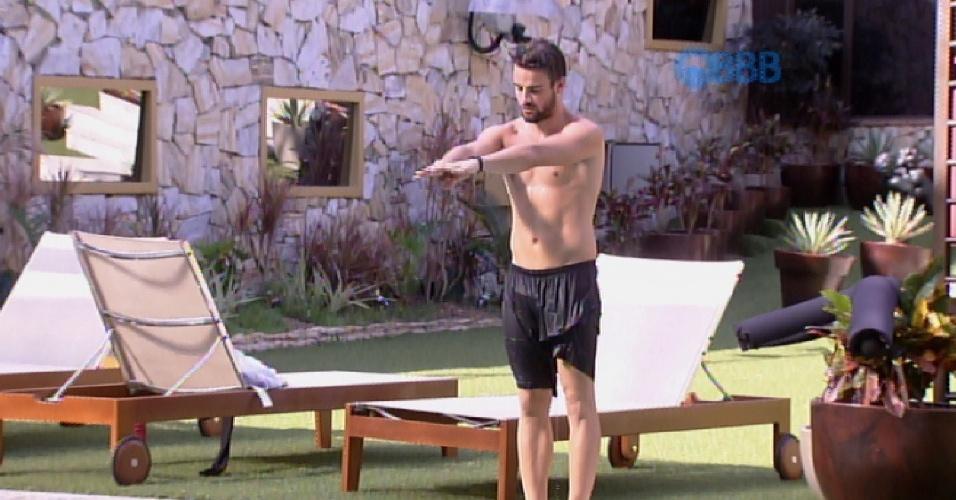 29.jan.2015 - Rafael tenta ensinar Talita a mergulhar na piscina do