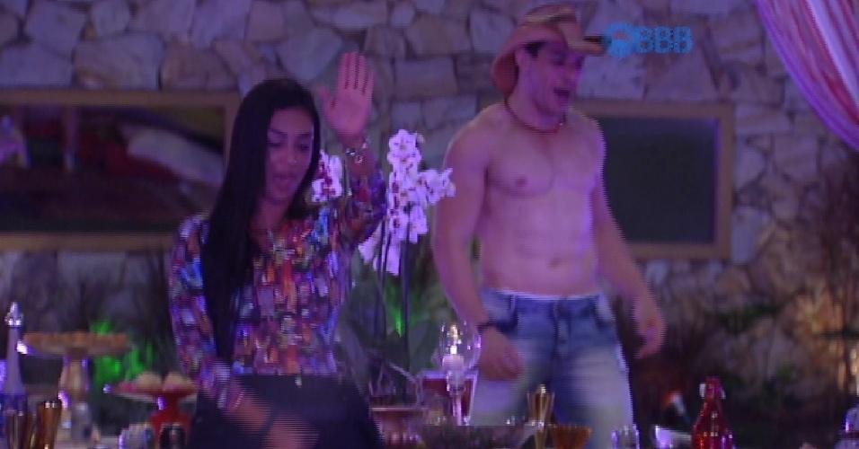 """29.jan.2015 - Ainda na Festa Árabe, Amanda e Cézar dançam """"Lepo Lepo"""""""