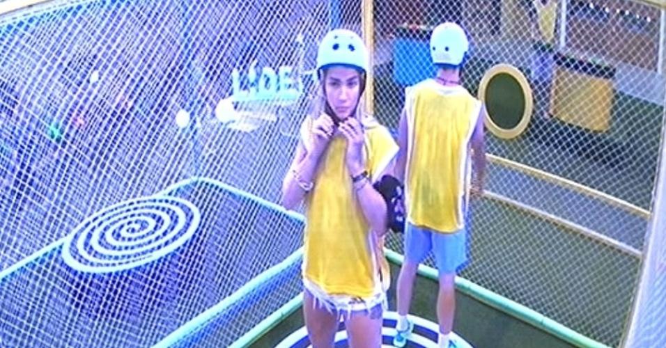 """29.jan.2015 - Aline e Rafael, componentes do grupo amarelo, disputam a segunda prova do líder do """"BBB15"""""""