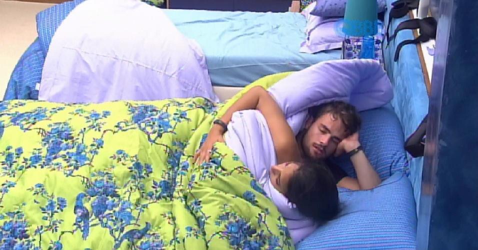 29.jan.2015 - Após ganhar a massagem e Talita e Rafael se amassam sob edredom