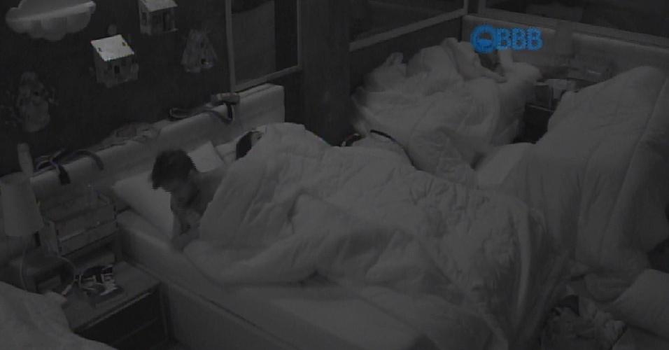 """29.jan.2015 - Após uma madrugada bastante quente, Talita acorda e diz que está sem calcinha. """"Acho que está embaixo da cama"""", fala a sister"""