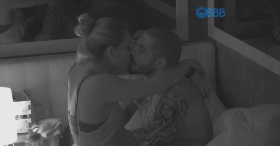 29.jan.2015 - Fernando e Aline trocam beijos carinhos após deixaram a Festa Árabe