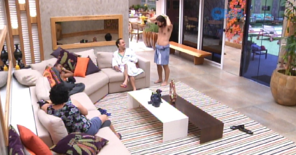 29.jan.2015 - Marisa, Marco, Adrilles e Luan se reúnem na sala e começam a falar mal da eliminada Francieli