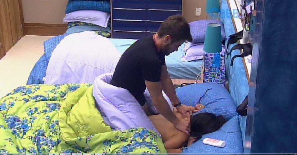 29.jan.2015 - O casal, Rafael e Talita, deixa a festa e vai direto para o quarto azul. Talita, só de calcinha, ganha massagem do ex-jogador de futebol