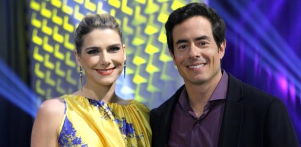 Leandra (Carina Sacchelli) e Geraldo (Felipe Folgosi) vão a um desfile beneficente