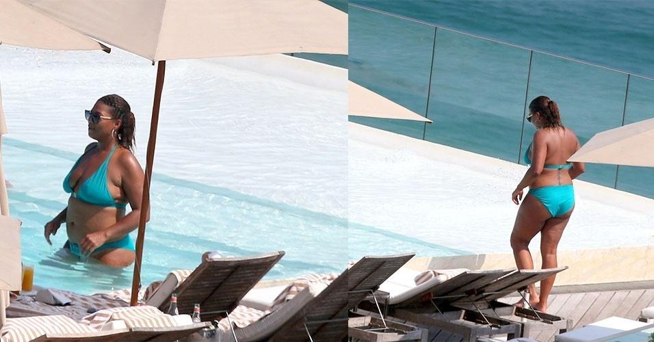 Queen Latifah aproveita piscinal do hotel em Ipanema, no Rio de Janeiro