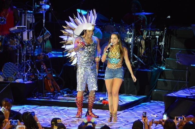 29.jan.2015 - Carlinhos Brown interage com Anitta no palco do Sarau Kids, baile infantil promovido por ele, em Salvador, nesta quinta-feira