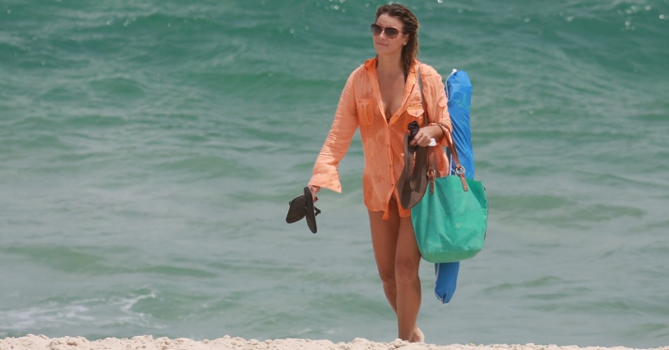 30.jan.2015 - A atriz Christine Fernandes curte a sexta-feira de sol em praia na Barra da Tijuca