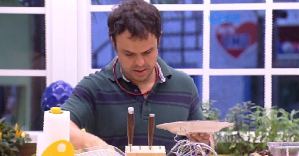 30.jan.2015 - A falta de comida está sendo um sério problema para Adrilles, que ele declarou que espera que o Big Fone toque e seja algo relacionado a comida