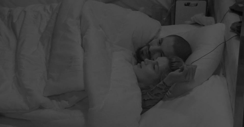 30.jan.2015 - Aline e Fernando conversam sobre o jogo após fazerem sexo