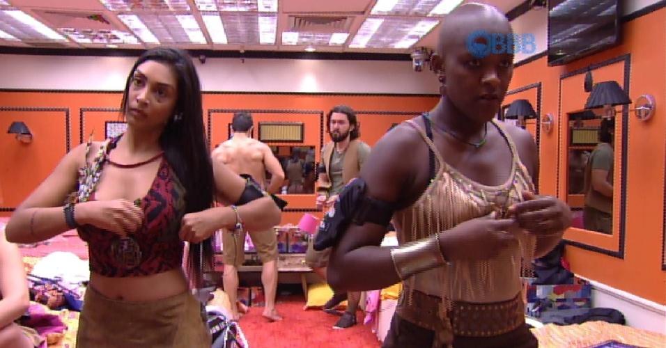 30.jan.2015 - Amanda e Angélica se arrumam após receber figurino da produção