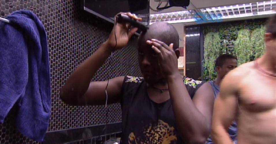 30.jan.2015 - Angélica raspa o cabelo no confinamento
