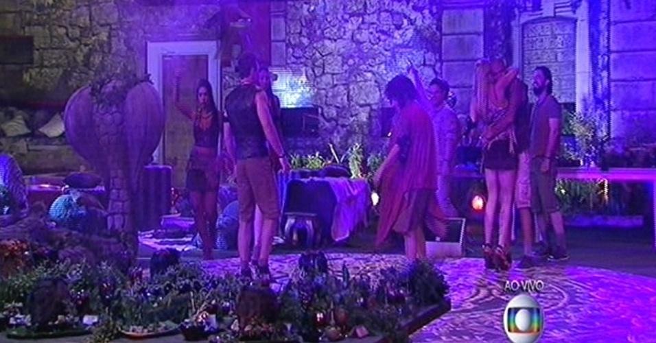 """30.jan.2015 - Ao som de """"Anaconda"""", de Nick Minaj, brothers chegam à pista de dança da festa Ruínas do Templo, no """"BBB15"""""""