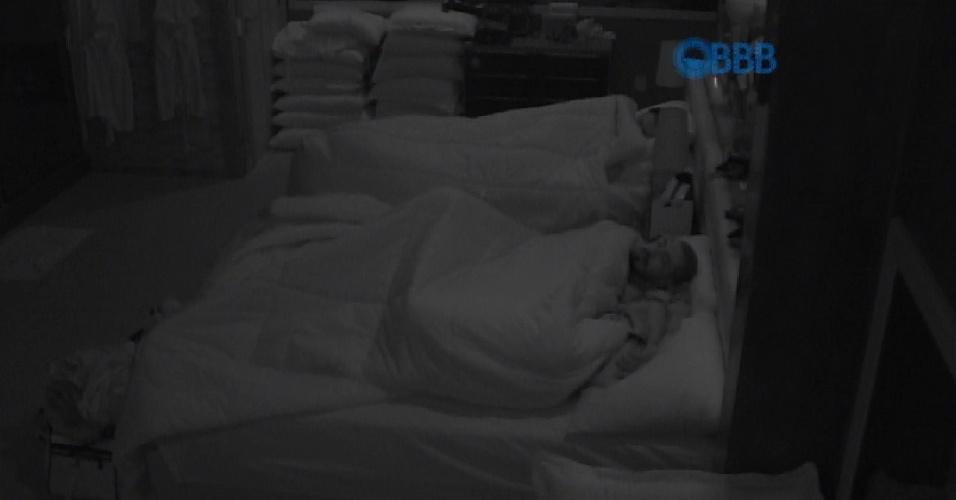 30.jan.2015 - Após uma madrugada animada, em que chegaram a fazer sexo, Fernando e Aline dormem tranquilamente na manhã desta sexta-feira.