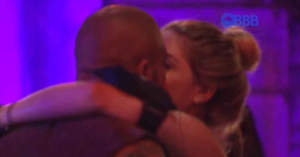 30.jan.2015 - Fernando beija Aline na festa Rúinas do Templo, no