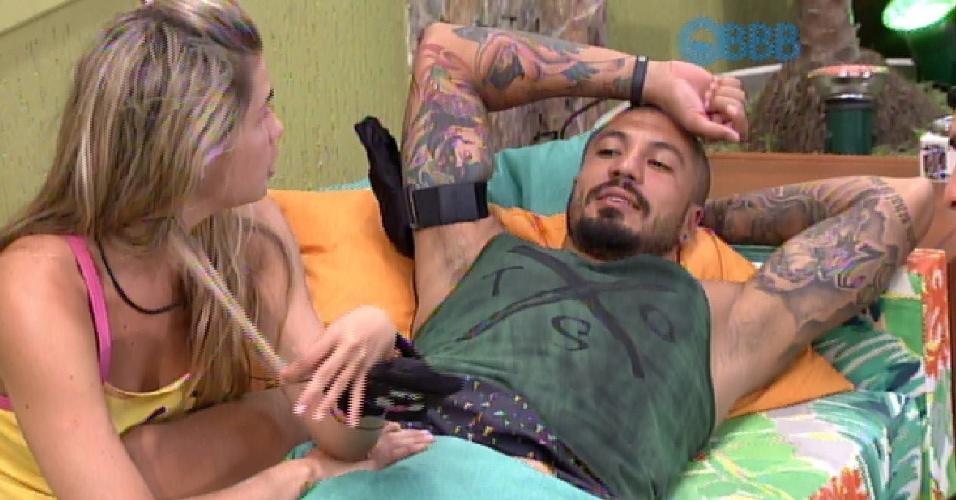 30.jan.2015 - Fernando conversa com Marco e Aline sobre estratégias de jogo