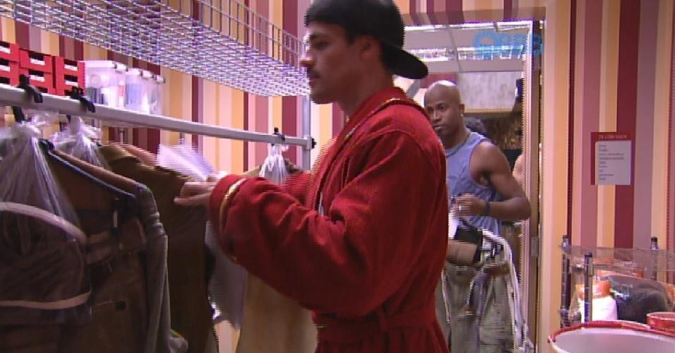 30.jan.2015 - O líder Rafael recebe aviso de figurinos na dispensa e entrega roupas para brothers