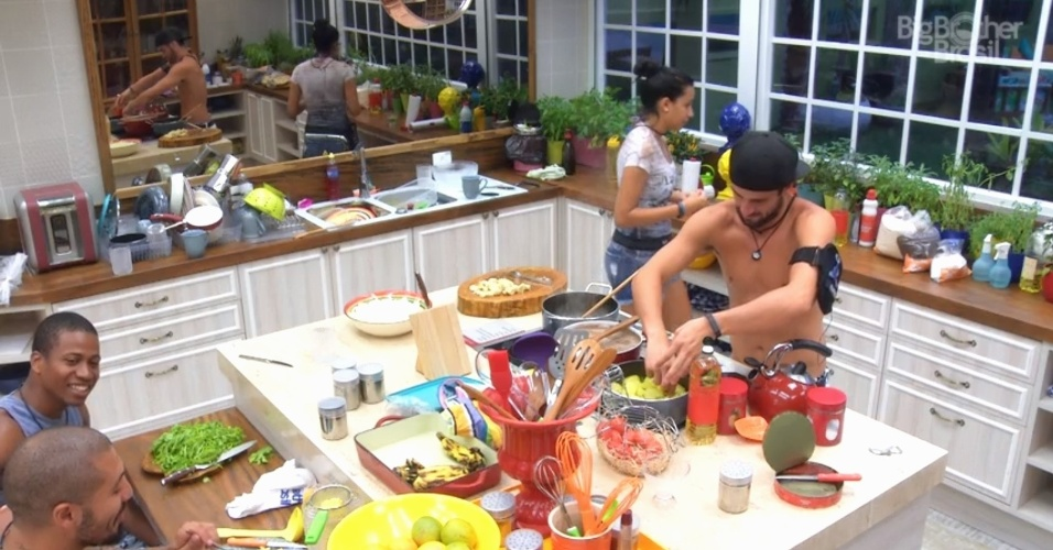 30.jan.2015 - Rafael brinca que Luan está interessado e investindo em uma das sisters e Fernando entra na brincadeira e dá a sua sugestão