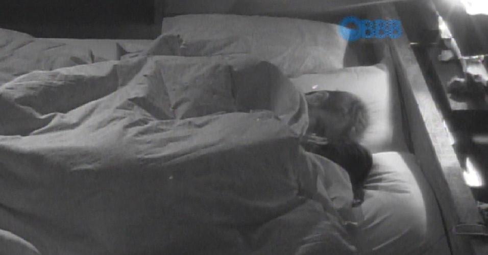 30.jan.2015 - Rafael e Talita se beijam no quarto do líder