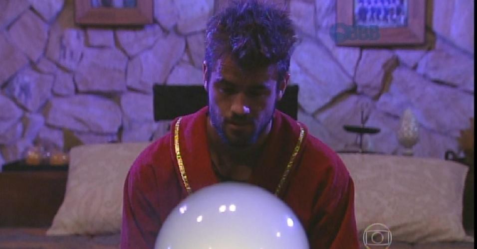 """30.jan.2015 - Rafael faz pergunta para bola de cristal: """"Alguém já votou ou teve a intenção de votar em mim?"""""""