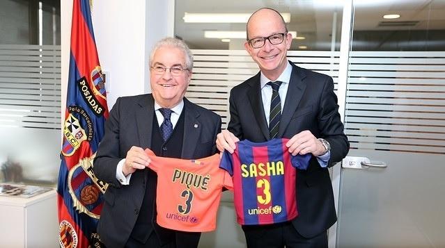 Amador Bernabéu, avô de Gerard Piqué, e Jordi Cardoner, do Barcelona, mostram as camisas de Sasha